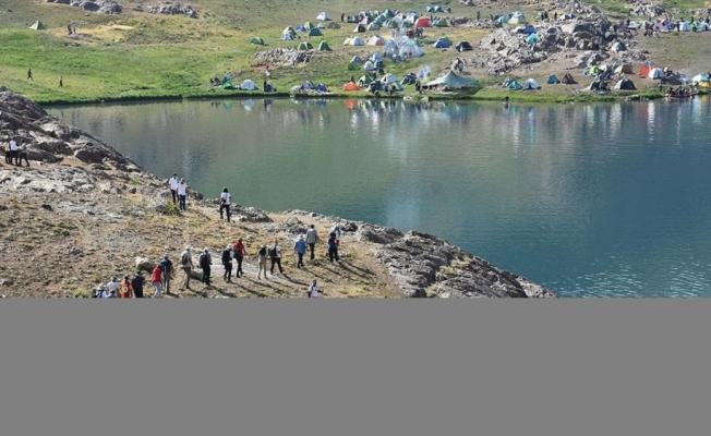 Terörden arındırılan Hakkari'deki Sat Buzul Gölleri'nde renkli festival