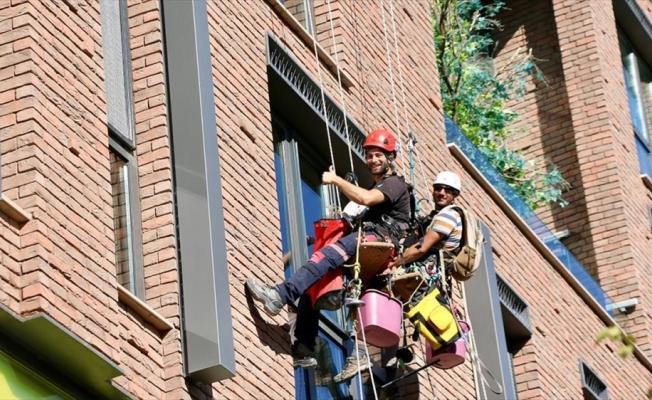 'Dağ cambazı' gençler yükseklere tırmanma tutkusunu işe dönüştürdü