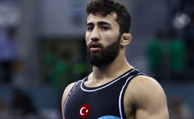 Milli güreşçi Burhan Akbudak'tan gümüş madalya