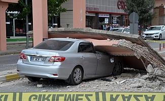 Vincin çarptığı yaya geçidi otomobilin üzerine yıkıldı: 1 yaralı