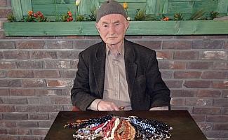 85 yaşında sokaklarda tespih satıyor