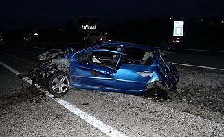 Konya'da otomobil elektrik direğine çarptı: 2 ölü, 1 yaralı