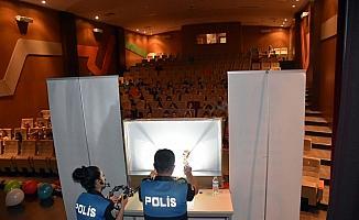 Polisler, minik yüreklere Hacivat ve Karagöz'le ulaşıyor