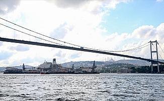 Dünyanın en büyük inşaat gemisi 3. kez İstanbul Boğazı'ndan geçiyor
