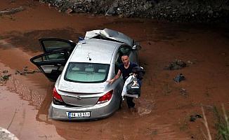 Sivas'ta otomobil dereye uçtu: 1 yaralı