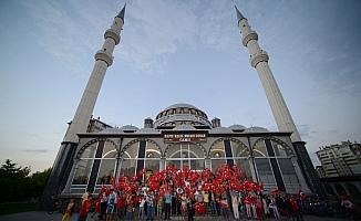 Çocuklar Türk bayraklarıyla camileri doldurdu