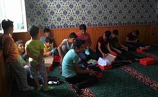 Cami müezzini Kur'an kurusu öğrencilerini ödüllendirdi