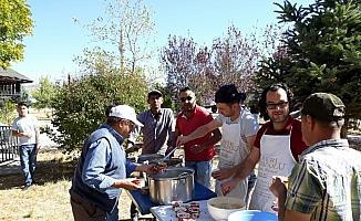 Beyşehir'de imece usulü aşure pişirip dağıttılar