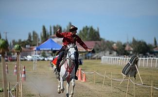 Safkan atlar yarıştı, okçular gösteri sundu
