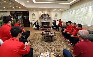 Başarılı sporculardan Başkan Yaşar'a ziyaret
