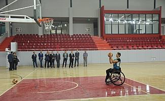 Engelli öğrenciye rektörden tekerlekli sandalye
