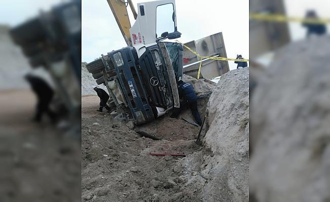 Ankara'da hafriyat kamyonu devrildi: 1 ölü, 1 yaralı