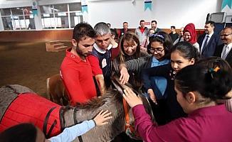Engelli çocuklar atlarla buluştu