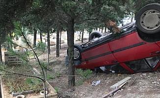 Kontrolden çıkan otomobil mezarların üzerine düştü