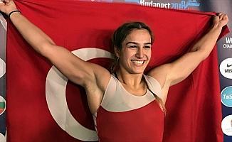 Milli güreşçi Buse Tosun'dan altın madalya