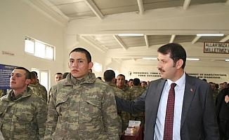 Sivas Valisi Ayhan askerlerle bir araya geldi