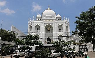 Endonezya'da Tac Mahal'den esinlenilen cami güzelliğiyle göz dolduruyor