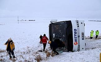 Sivas'ta yolcu otobüsü devrildi: 15 yaralı