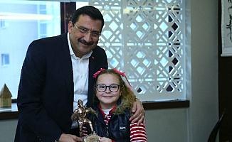 Minik Buse, Keçiören Belediye başkanı Mustafa Ak'ı ziyaret etti