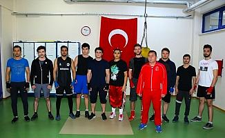 Üniversiteli boksör ve kickboksçular şampiyonaya hazırlanıyor