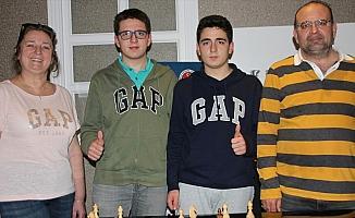 Aile boyu satranç turnuvalarında yarışıyorlar