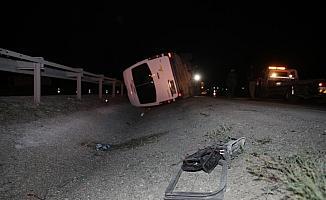 Dağcıları taşıyan minibüs devrildi: 4 yaralı