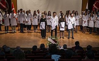 Eczacılık öğrencileri beyaz önlük giydi