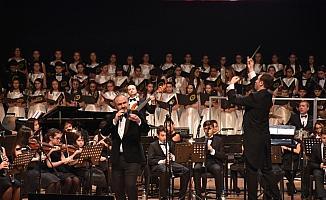 Hakan Aysev, 23 Nisan coşkusunu öğrencilerle sahneye taşıdı