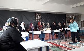 Kırsal mahalledeki kadınlara ilk yardım eğitimi