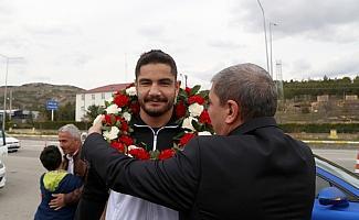Şampiyon güreşçi Taha Akgül baba ocağında