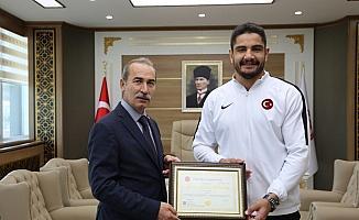 Taha Akgül yüksek lisans diplomasını aldı