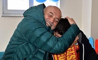 Teknik direktör Hikmet Karaman'dan otistik çocuklara ziyaret