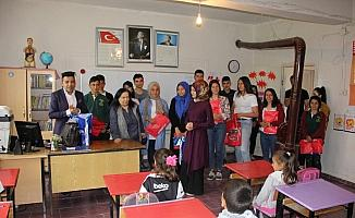 Lise öğrencileri köy okulunu ziyaret etti