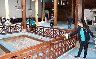 Öğrenciler tarihi camide ramazan temizliği yaptı