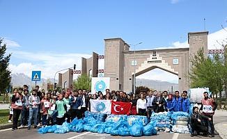 Üniversite öğrencileri kampüste atık topladı