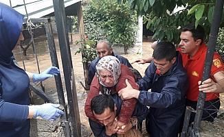 Kırıkkale'de sağanakta evinde mahsur kalan yaşlı kadını itfaiye kurtardı