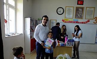 Öğretmenler kardeş köy okulunda öğrencileri sevindirdi