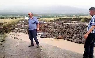 Suşehri'nde sağanak yol kapattı