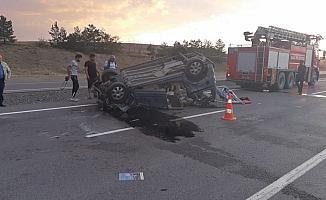 Hafif ticari araç, traktörün römorkuna çarptı: 1 ölü, 1 yaralı