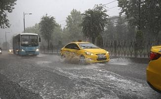 Tarihi Kapalıçarşı ve Eminönü'nde işyerlerini su bastı