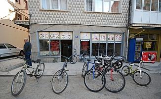 45 yıldır bisiklet tamir ediyor