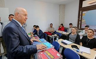 Başkan Yaşar, öğrencilere sınava hazırlık kitabı dağıttı