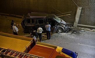 Başkentte alt geçide devrilen minibüsteki 3 kişi yaralandı