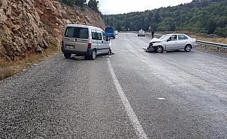 Konya'da hafif ticari araç otomobille çarpıştı: 4 yaralı