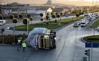 Sivas'ta saman yüklü kamyon devrildi: 1 yaralı