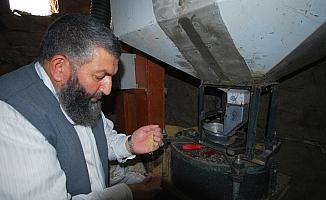 Taş değirmende geleneksel yöntemlerle bulgur üretiyor