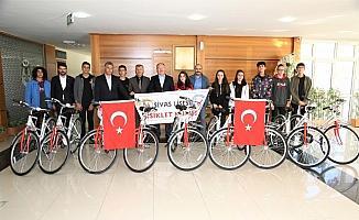 Başkan Bilgin öğrencilere bisiklet hediye etti