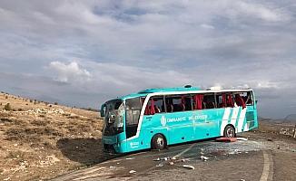 İstanbul'dan Çankırı'ya cenazeye katılmak için gelenleri taşıyan otobüs, Çankırı'nın Kurşunlu ilçesinde devrildi. Kazada ilk belirlemelere göre 25 kişi yaralandı.