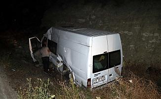 Traktörün arkasındaki tarım aletine çarpan kamyonet devrildi: 3 yaralı