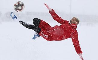 Kupa maçının oynanacağı Yeni 4 Eylül Stadı'nın zemini karla kaplandı